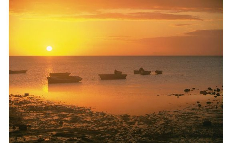 mauritius-beach-and-boats-in-golden-sunset