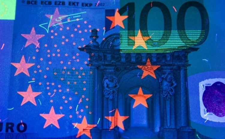 euro in black light