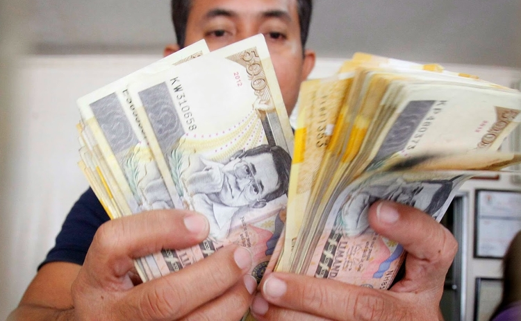 philippines-peso-money-counting
